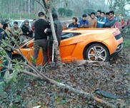 Crashtime in China: Lamborghini Gallardo LP560-4 van de weg