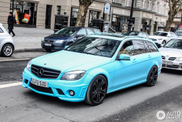 Babyblauwe Mercedes-Benz Brabus C B63 S gespot