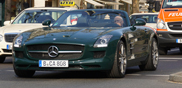 Strange sighting: Mercedes-Benz SLS AMG Roadster in het groen