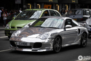 Ook zonder zon lekker shiny: Chromen Porsche 996 Turbo