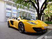 Jenson Buttons McLaren MP4-12C Spider is prachtig geel