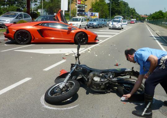 Crash! Motor hits a Lamborghini Aventador LP700-4 in Imola!
