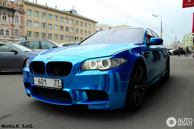Strange sighting: chromen BMW M5 in Moskou
