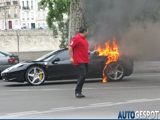 Ferrari 458 Italia in de brand in hartje Parijs