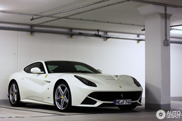Movie: Ferrari F12berlinetta speeding on the Autobahn