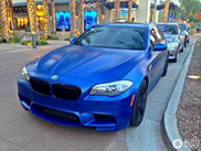 Deze BMW M5 is een matblauwe knaller